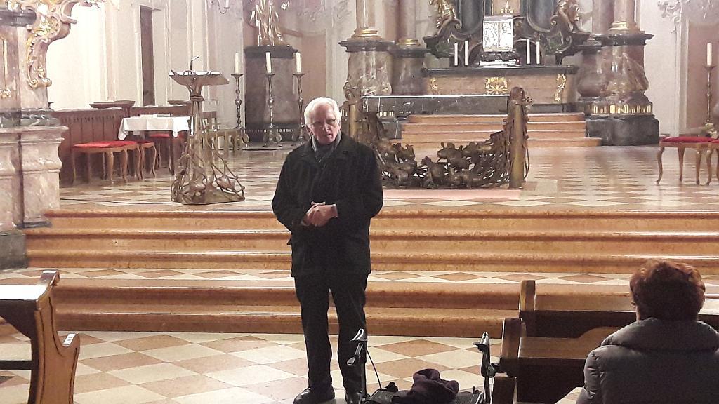 Gerhard Hübel begrüßt die Teilnehmer in der Kirche St. Peter