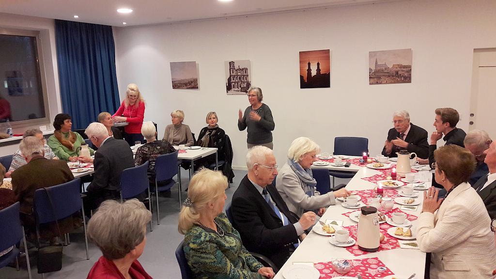 Ingrid Schappert begrüßt die Teilnehmer im Pfarrsaal St. Peter